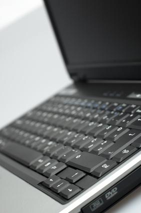Come rimuovere il disco rigido da un computer portatile Compaq Presario V2000