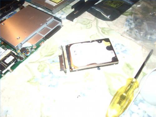 Come rimpiazzare il duro del computer portatile con un disco rigido di maggiore