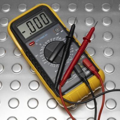 Come usare un ohmmetro per testare un cavo di alimentazione
