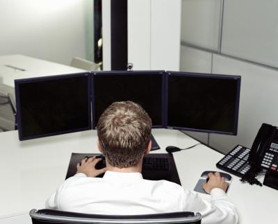 Come faccio a collegare due monitor a un computer Quando entrambi hanno bisogno di utilizzare la stessa Hookup Spot?