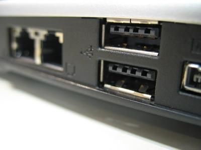 Qual è la differenza tra una Firewire e una porta USB?