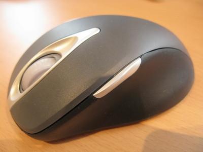 Come caricare un mouse senza fili di Logitech con una luce rossa lampeggiante