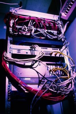 Una descrizione delle differenze tra una rete peer-to-peer e di una rete Client Server