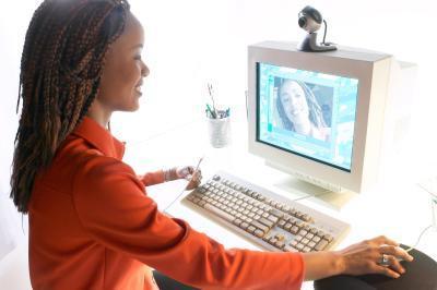 Come posso contattare un membro della famiglia attraverso un computer con una webcam?