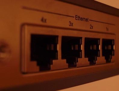 Come collegare un modem DSL e due router di creare due reti wireless separate