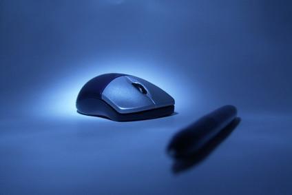Come collegare un mouse ottico senza fili di Microsoft a un ricevitore 3.0