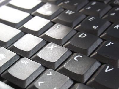 Come rimuovere una tastiera da un computer portatile Toshiba Satellite A55-S106