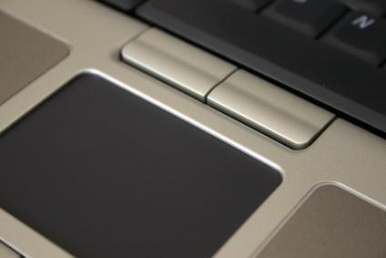 Come faccio a rimuovere una tastiera di monitoraggio mouse Da una D520 Dell Latitude?