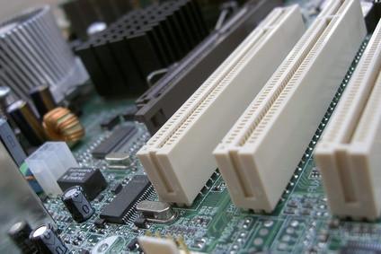 Come rimuovere il coperchio dello slot PCI per un IBM ThinkCentre S50 8184
