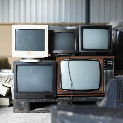 Cose creative a che fare con televisori e monitor di computer usati